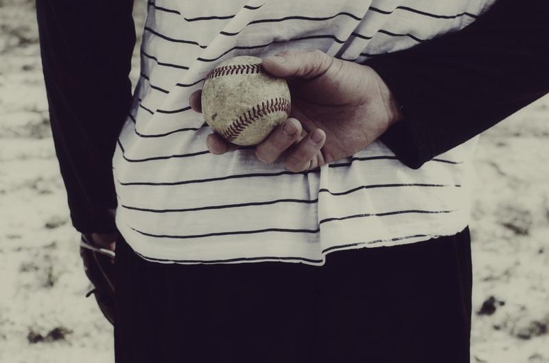 野球ボールを握る